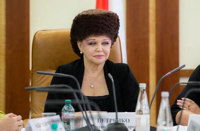 Conocé a la senadora rusa que se peina como Marge Simpson