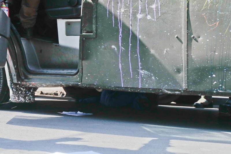 El joven quedó atrapado debajo del bus policial.