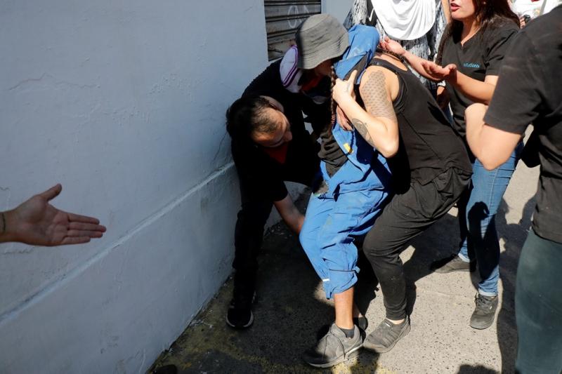Transeúntes y otros manifestantes auxiliaron al joven herido y lo trasladaron a la Asistencia Pública.