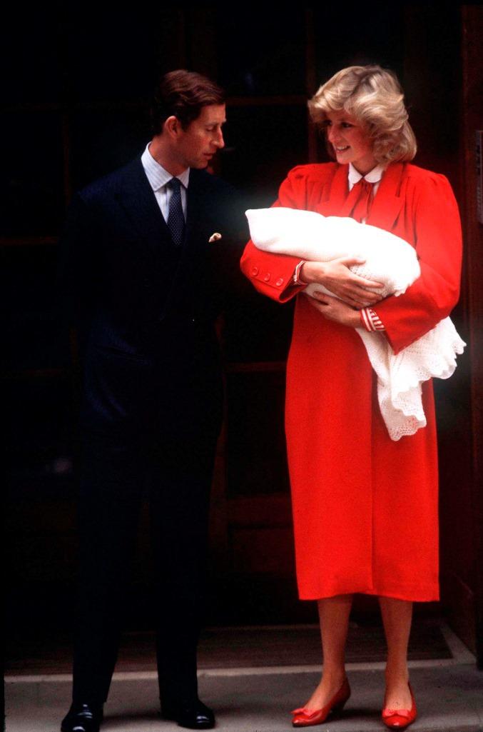 Diana de Gales en 1984 cuando la pareja real abandonó el Hospital St. Mary con su segundo hijo, el príncipe Enrique.