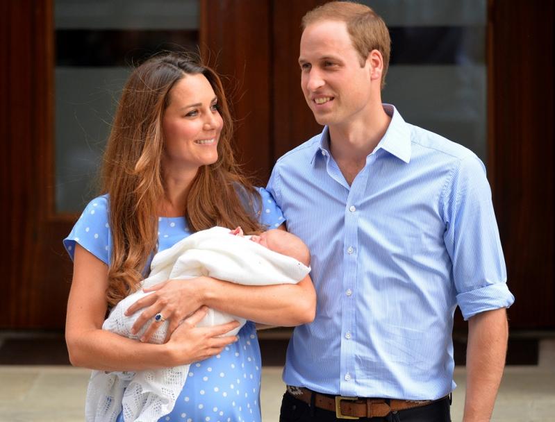 Los duques de Cambrige con el príncipe Jorge, su primogénito, el día en que dejaron el hospital.