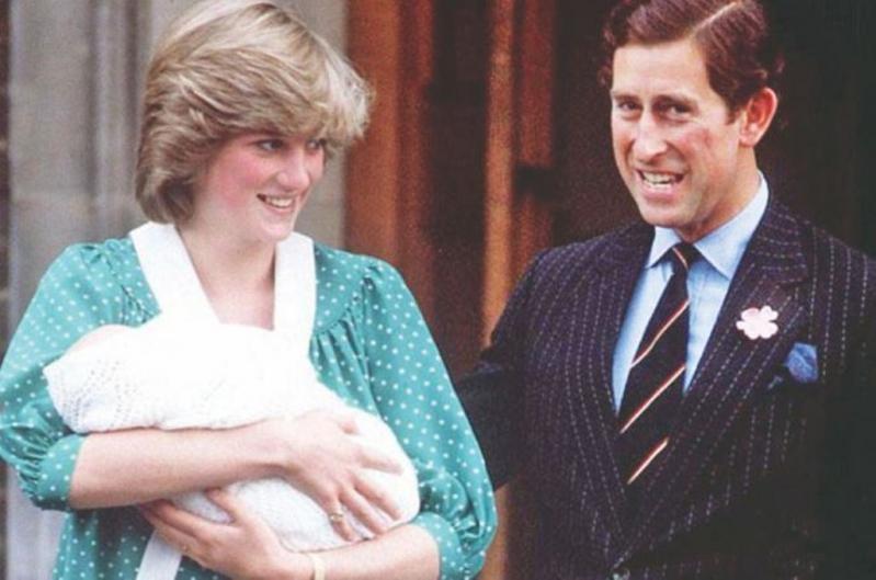 Imagen tomada en 1982 muestra a la princesa Diana y el príncipe Carlos dejando el hospital con su primogénito Guillermo.