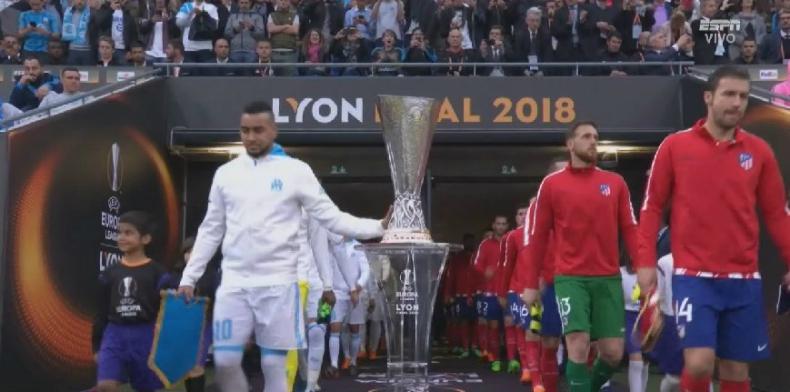 [FOTO] ¿Mufa? Dimitri Payet toca la copa con la mano antes de la final de la Europa League