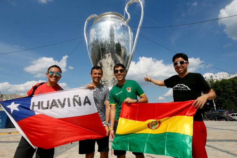 [FOTO] Lo lindo del fútbol: hinchas chilenos y bolivianos se unen en torno a la final de la Champions