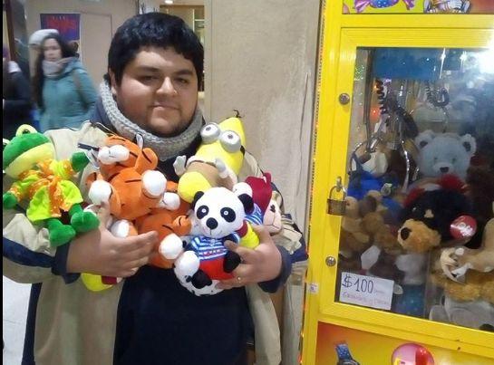Chileno reveló el truco para vencer las máquinas de peluches