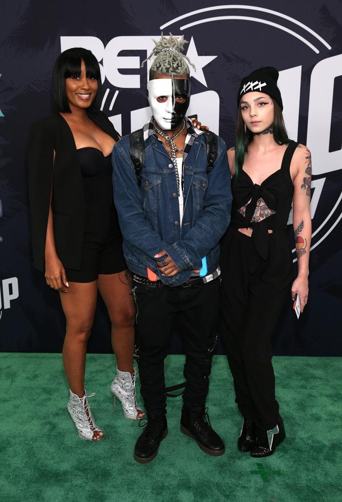 El rapero XXXTentacion (al centro) en los Premios BET Hip Hop 2017 en The Fillmore Miami Beach, en el Teatro Jackie Gleason, el 6 de octubre de 2017.