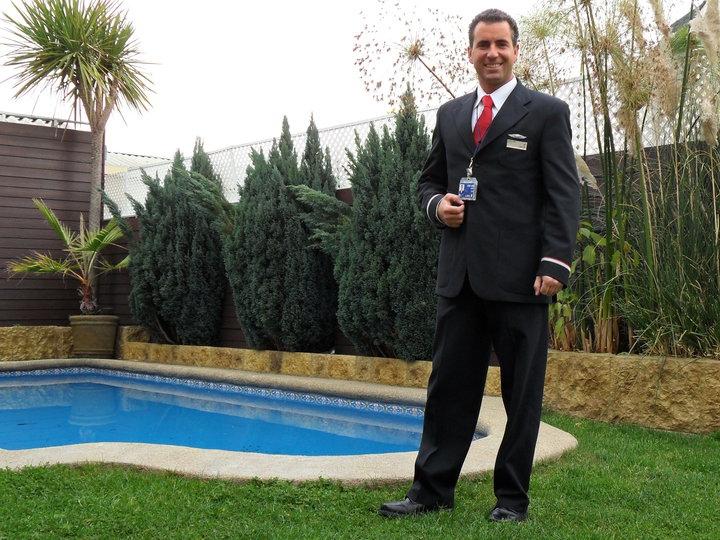 José Luis Briceño y el traje que lucía cuando era tripulante de cabina