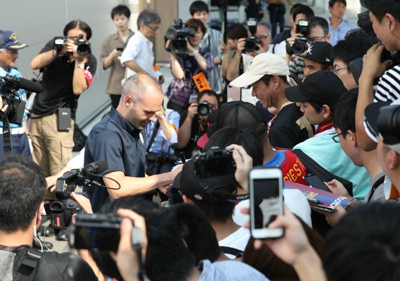 [VIDEO] Andrés Iniesta desata locura entre aficionados en su llegada a Japón