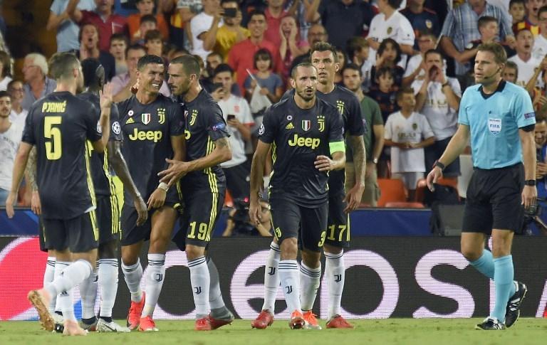 Cristiano Ronaldo consolado por sus compañeros.