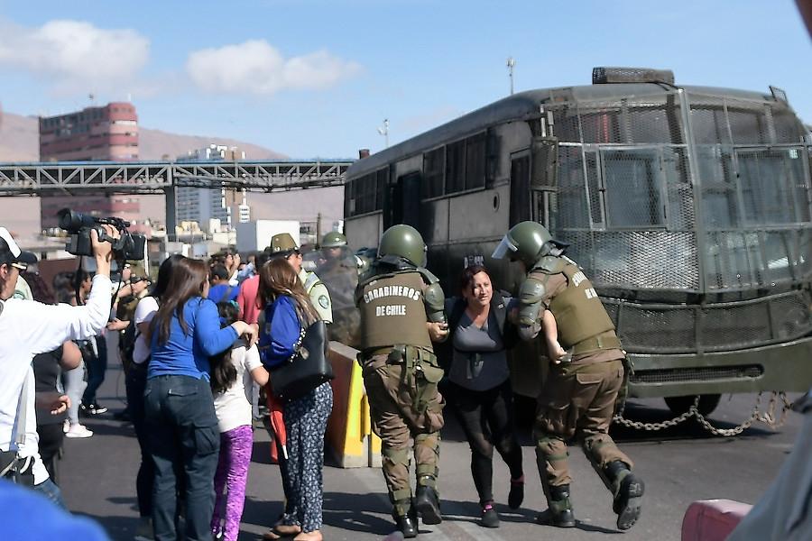 Lanzan piedra al vehículo en el que se trasladaba el presidente Piñera