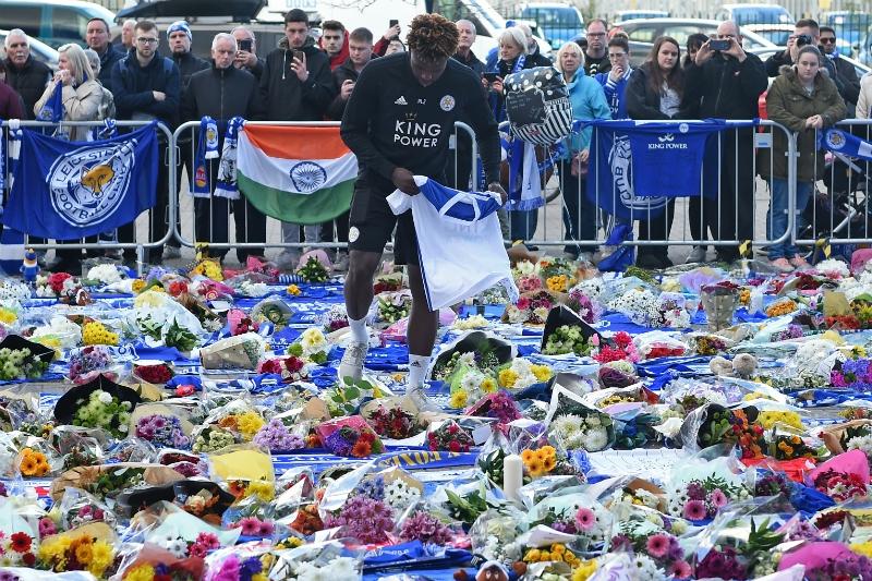 [VIDEO] Hinchas de Leicester llenan de flores Estadio King Power tras muerte de presidente del club