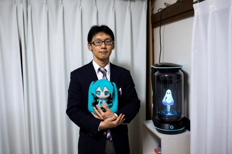 Un japonés se casó con un holograma de dibujo animé