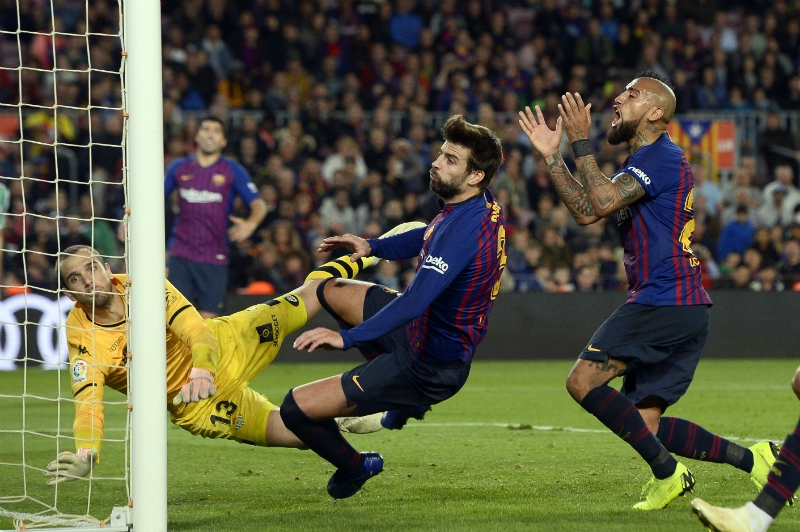 [VIDEO] ¿Qué se dijeron Vidal y Piqué tras derrota de FC Barcelona ante Betis?