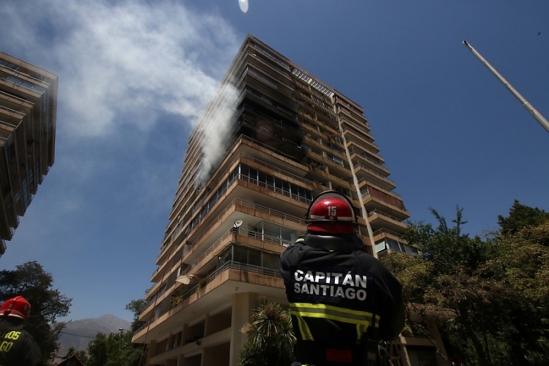 Bomberos controla incendio en edificio de Las Condes