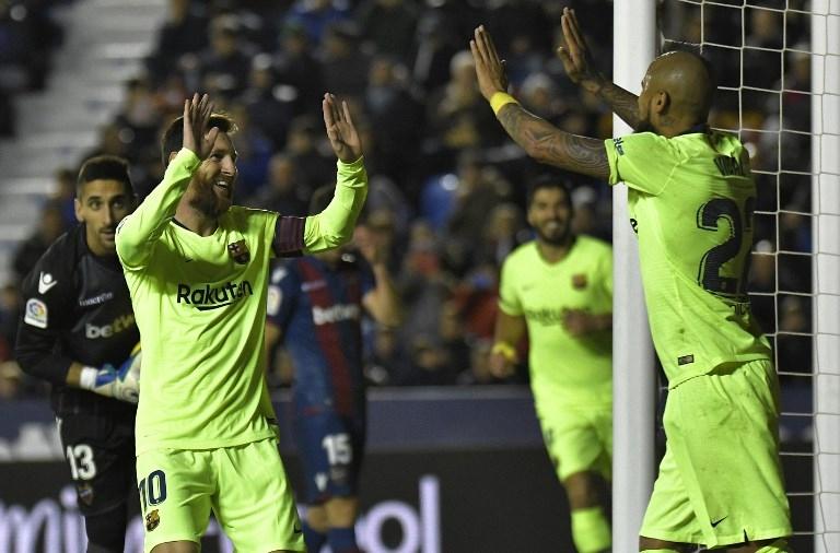 Lionel Messi y Arturo Vidal celebrando el cuarto tanto de la jornada, en la que el chileno cedió para el argentino.