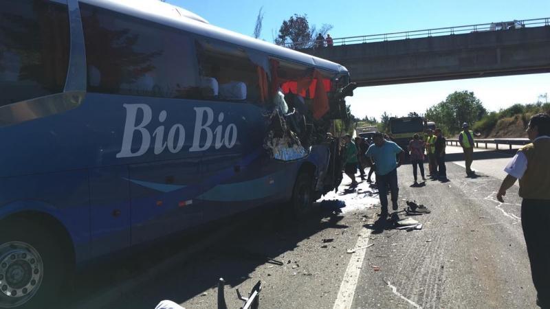 Tres heridos graves deja accidente de bus de pasajeros y camión