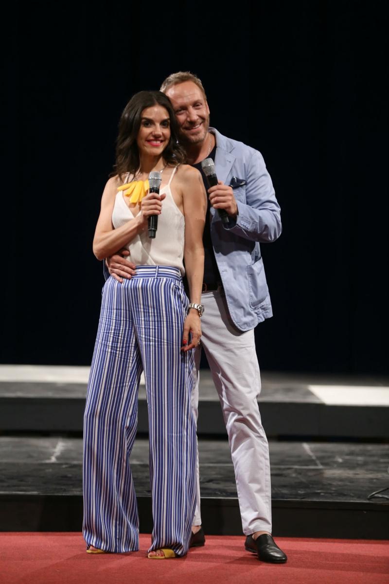 Distendidos y hasta de la mano: El ensayo de Martín Cárcamo y María Luisa Godoy para Viña 2019