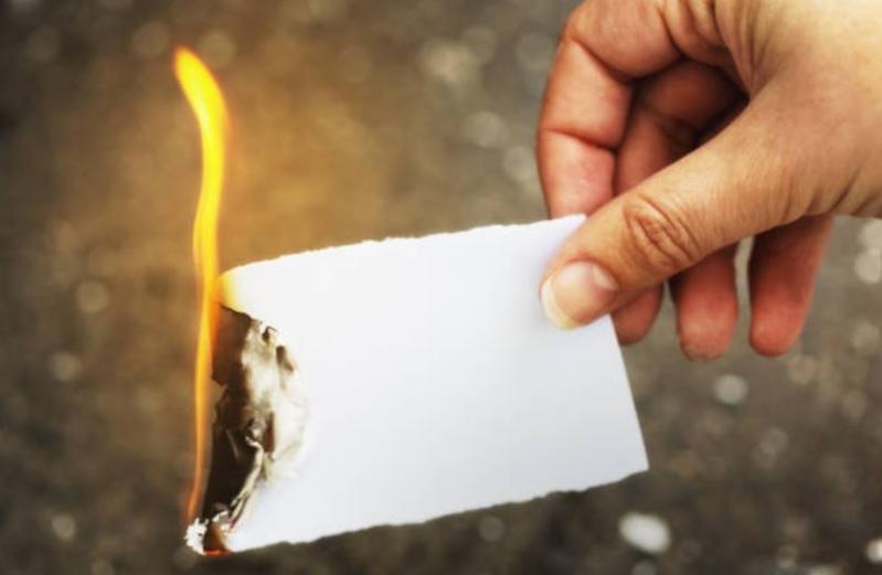 Cábala de Año Nuevo: quemar un papel con lo malo del año que se fue.