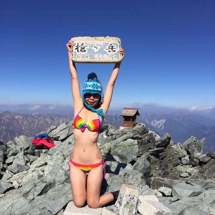 """Se hacía llamar la """"escaladora en bikini"""" y contaba con un gran número de seguidores en las redes sociales gracias a sus fotografías con poca ropa en las montañas."""