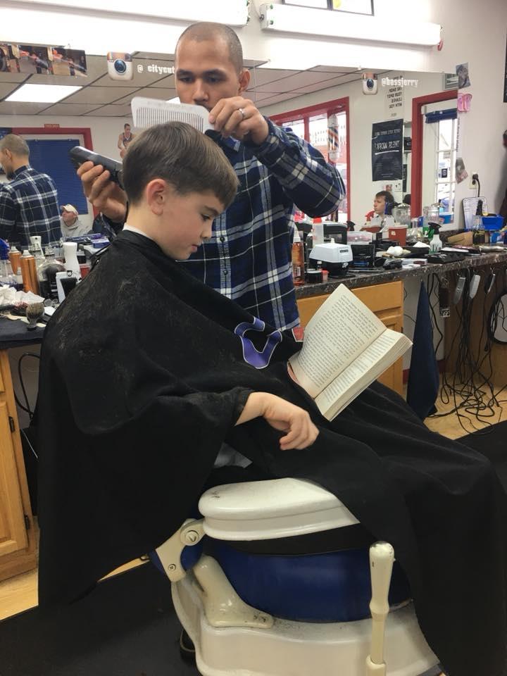 Peluquería le paga a niños para lean durante su corte de pelo