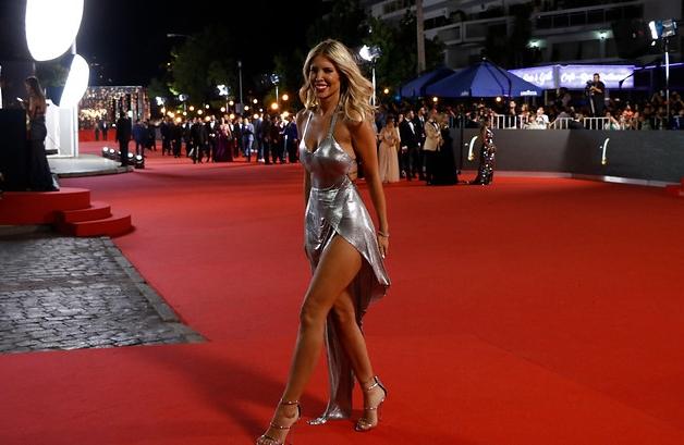 4a5a90653 ... el color de la Gala 2019. Varias fueron las figuras que se atrevieron a  usar vestimentas con la tonalidad metálica. Entre las más destacadas  estuvieron ...