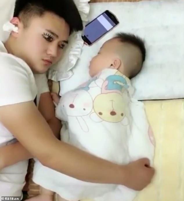 e7264c37b9 Padre utiliza ojos pintados para dormir mientras cuida a su hijo ...