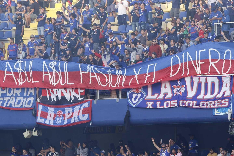 Durante el partido que La U perdió por 3 a 1 ante Universidad de Concepción, lo hinchas cantaron pidiendo la salida de Carlos Heller