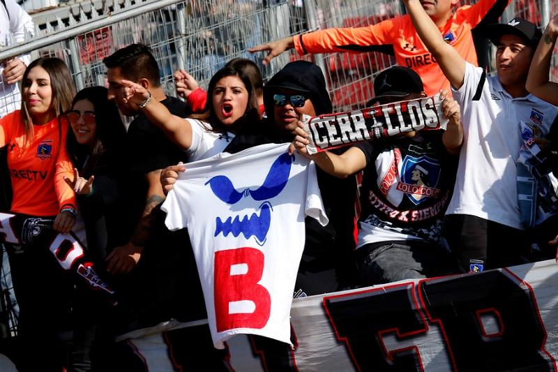 """[FOTOS] No podían faltar: Las burlas de los hinchas de Colo Colo a la U con el """"fantasma de la B"""""""
