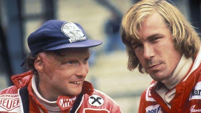 Lauda, en la imagen junto a Hunt, nunca ocultó ni le dio importancia a sus cicatrices.