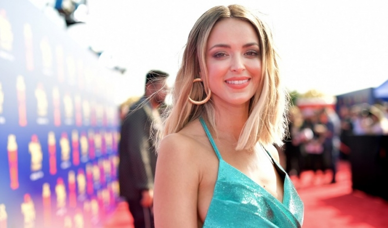 Quiés es Kaitlynn Carter: La mujer que fue sorprendida besando a Miley Cyrus
