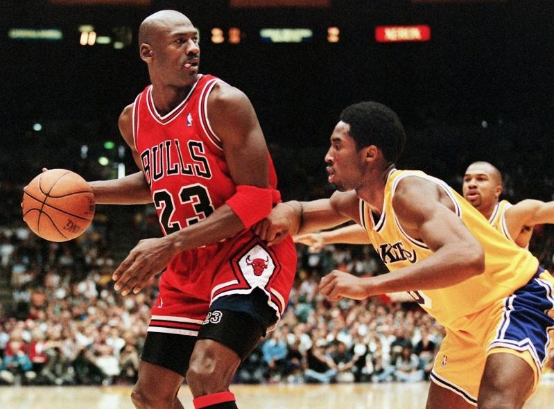Michael Jordan enfrentándose a Kobe Bryant en un partido de la NBA en 1998