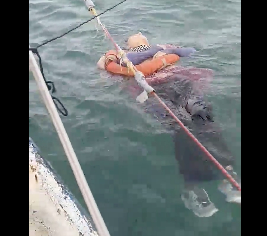 Encuentran viva y flotando en el mar a una mujer desaparecida | Tele 13