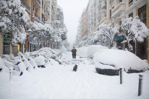 Una tormenta de nieve siembra el caos en España   Tele 13