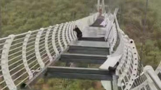 Aterrador: Turista quedó atrapado en puente de vidrio destruido por el viento