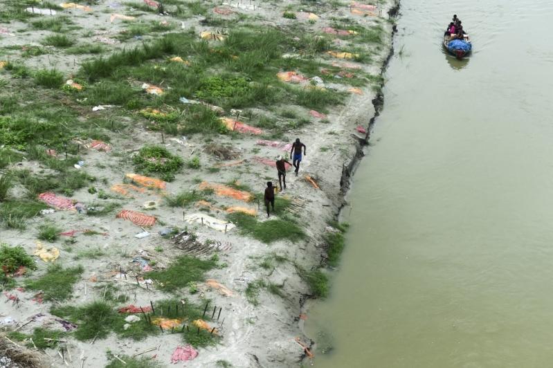 El Río Ganges deja al descubierto tumbas de muertos por Covid-19 en India