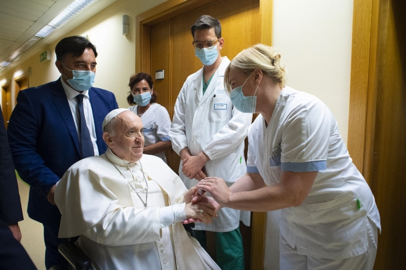 """[FOTOS] El papa saluda a los fieles desde su balcón del hospital: """"No se olviden de rezar por mí!"""""""
