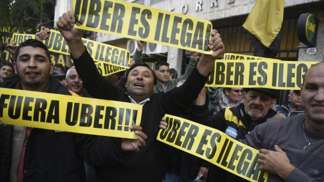 Taxista increpó a ministro Gómez-Lobo por Uber
