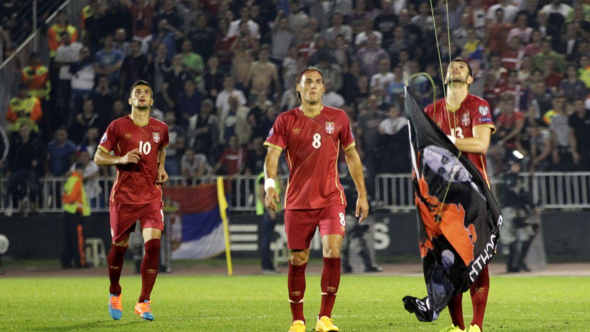 [VIDEO] Polémico aparato volador hizo suspender duelo entre Serbia y Albania