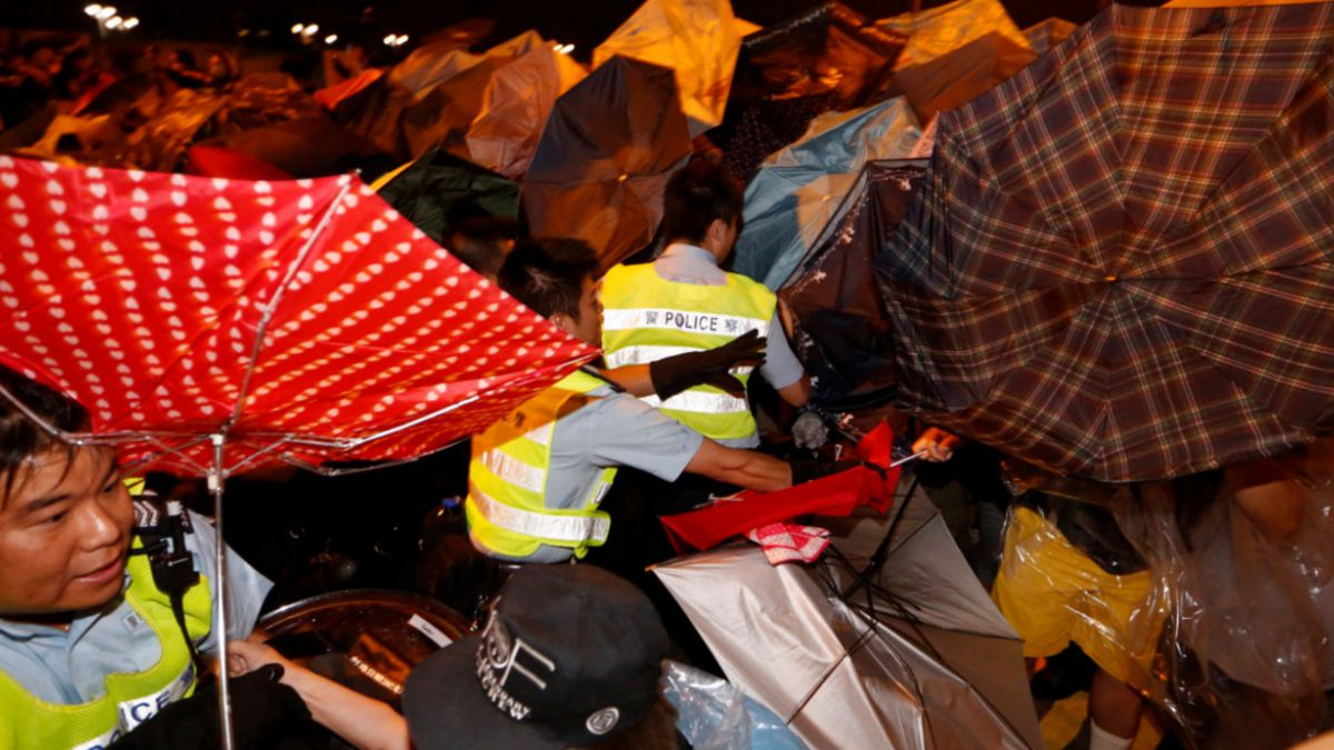 Violentos enfrentamientos en Hong Kong dejan al menos 45 detenidos