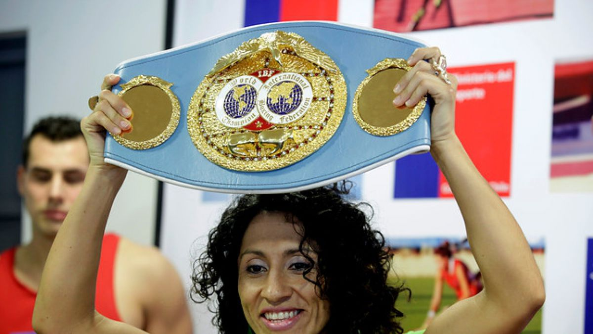 Crespita Rodríguez anunció unificación de títulos gallo