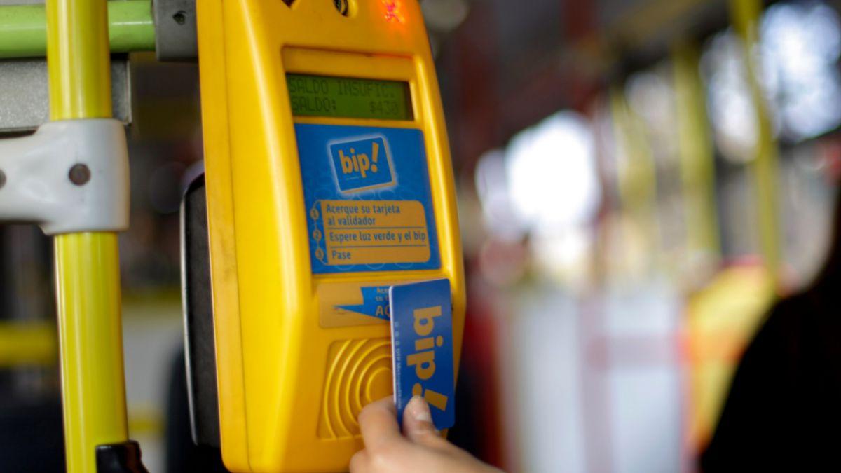 Anuncian sanciones para quienes carguen la tarjeta Bip! con programa hacker