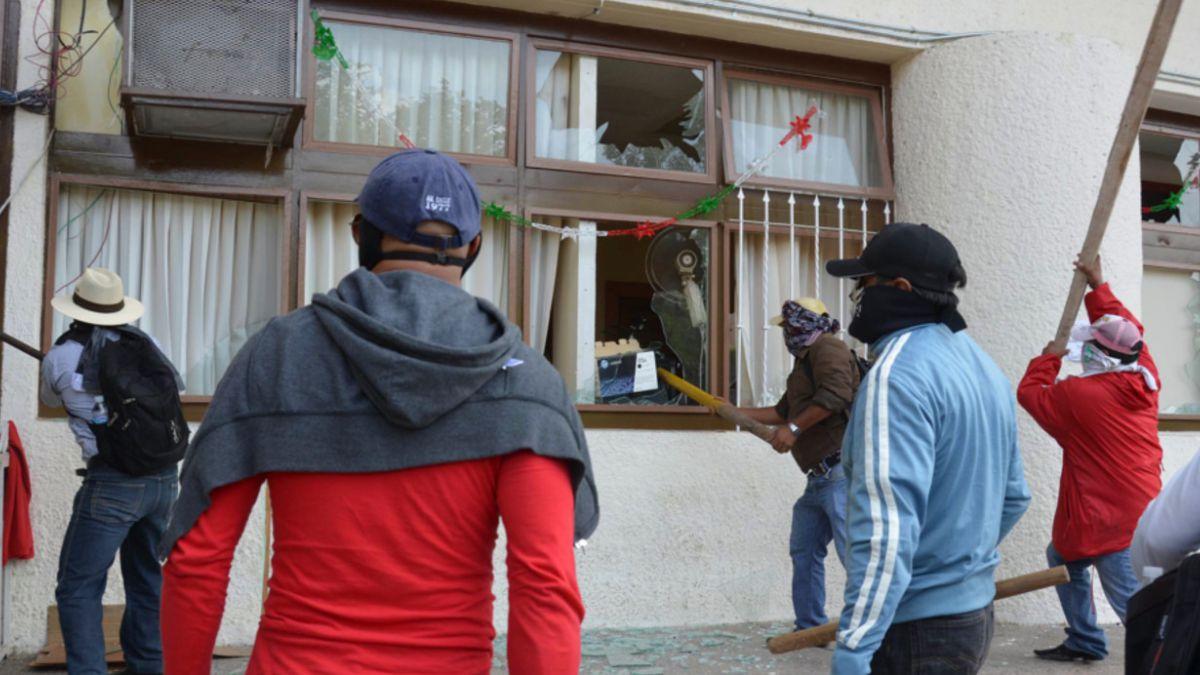 Marcha por estudiantes desaparecidos en México termina con desmanes