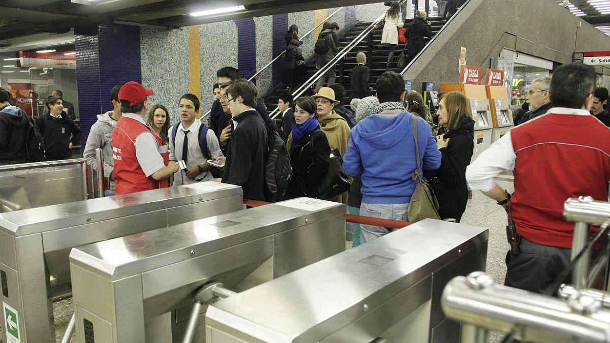 Metro de Santiago instalará 380 basureros transparentes desde la próxima semana
