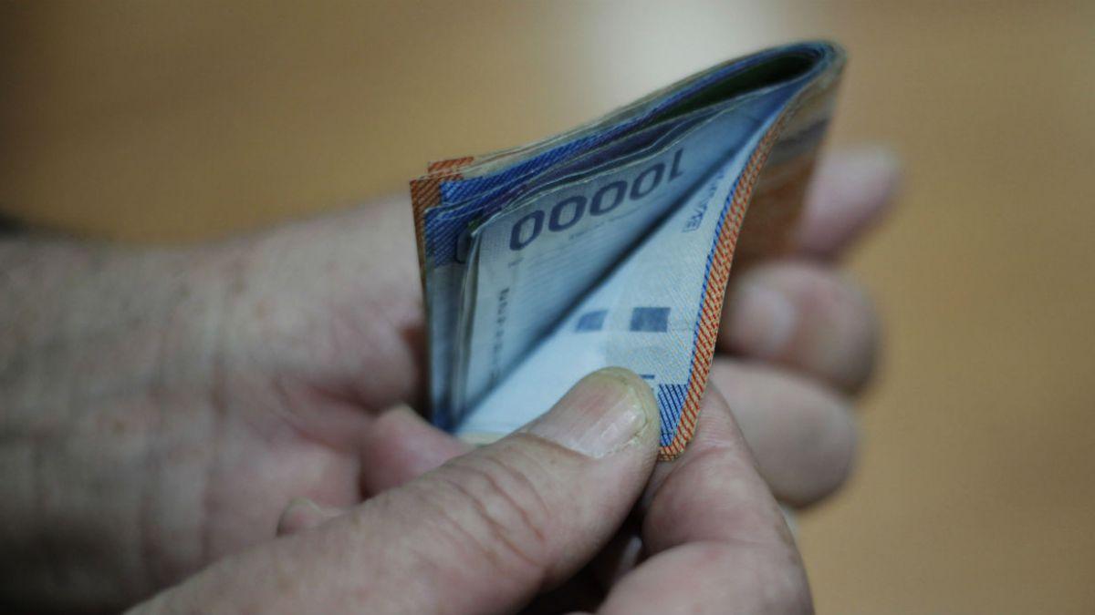 Hoy comienza a regir el sueldo mínimo de $241 mil