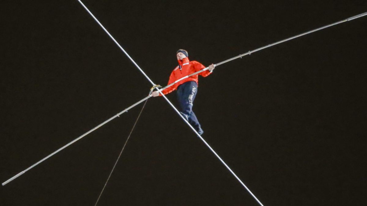 [VIDEO] El récord Guinness del acróbata que cruzó entre dos torres con los ojos vendados
