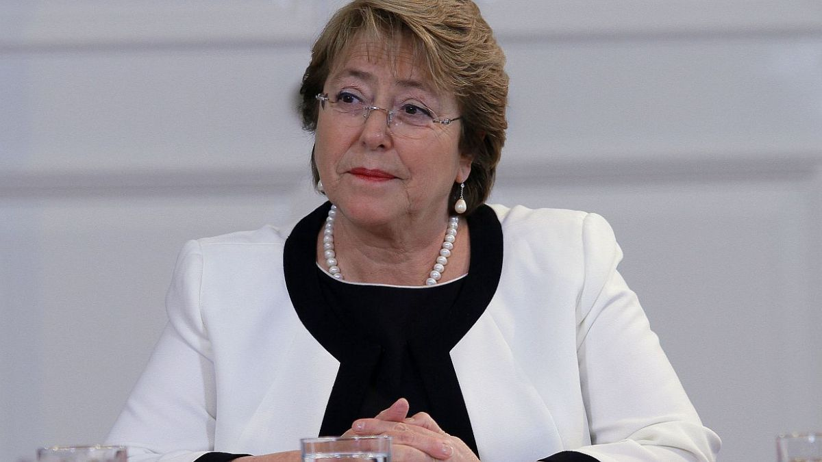 Encuesta Adimark: GSE alto y bajo, regiones y hombres castigaron aprobación a Bachelet en 2014