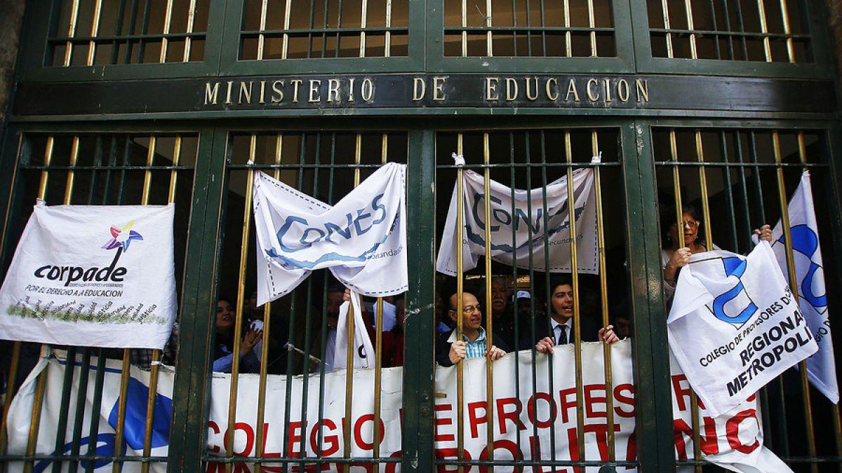 Estudiantes, apoderados y profesores se toman el Mineduc para protestar por reforma