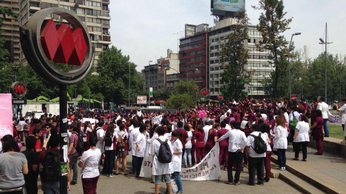 Tecnólogos Médicos acusan que resolución de Minsal delega su rol a paramédicos