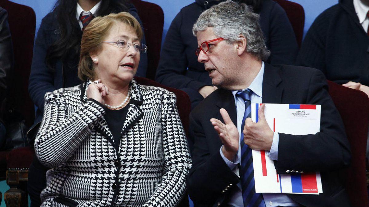 Bachelet da señal de apoyo a Eyzaguirre ante interpelación y sale a explicar reforma