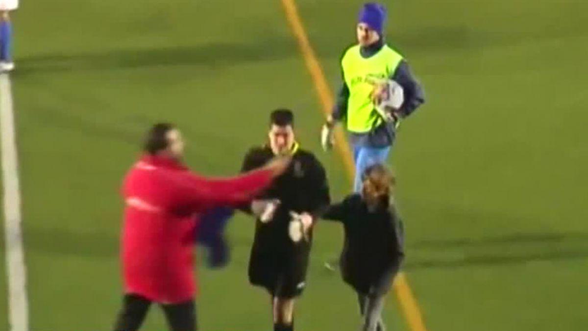 [VIDEO] Increíble gol de arquero deja llorando al meta que recibió el tanto